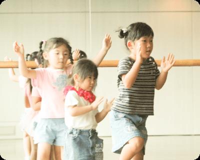 ダンスを踊る子どもたちの写真