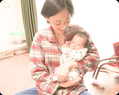 ママが赤ちゃんを抱っこしている写真