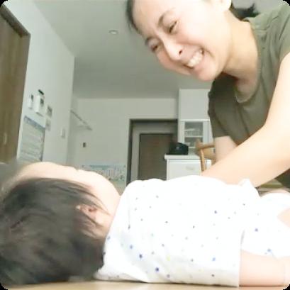 自宅で赤ちゃんにタッチしている写真