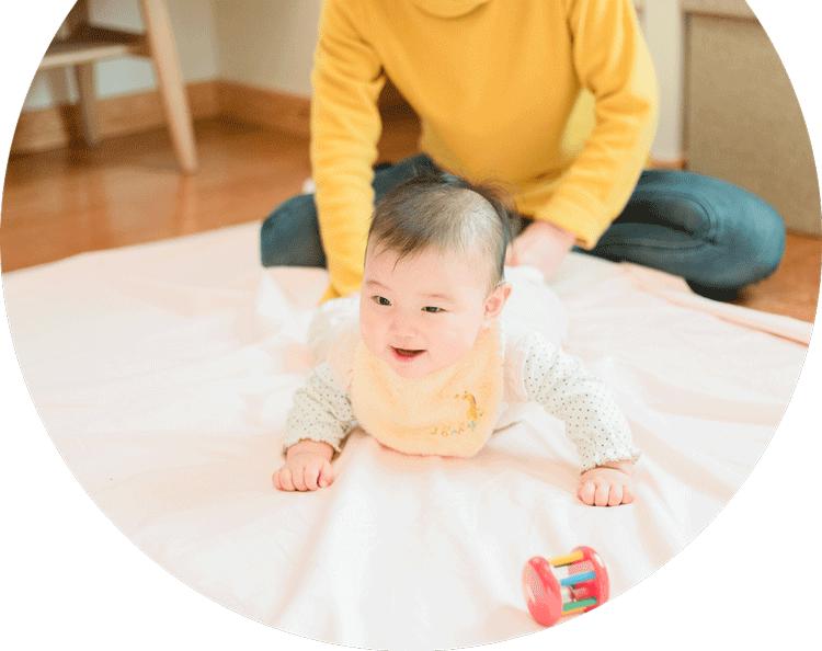 シェルハブメソッドのタッチをうける赤ちゃんの写真