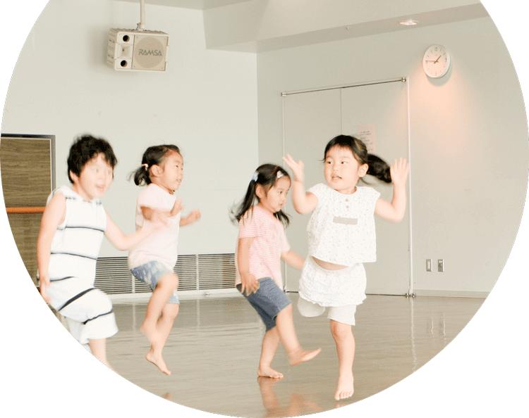 ダンスのレッスンをうける幼児の写真