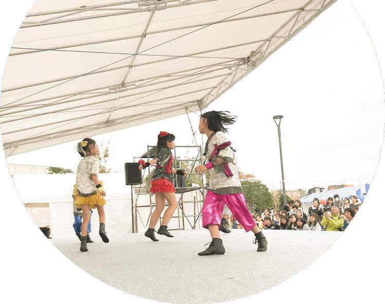 ステージでダンスする小学生の写真